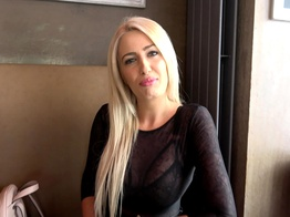 Une belle femme adore la fellation en secouant sa tignasse blonde